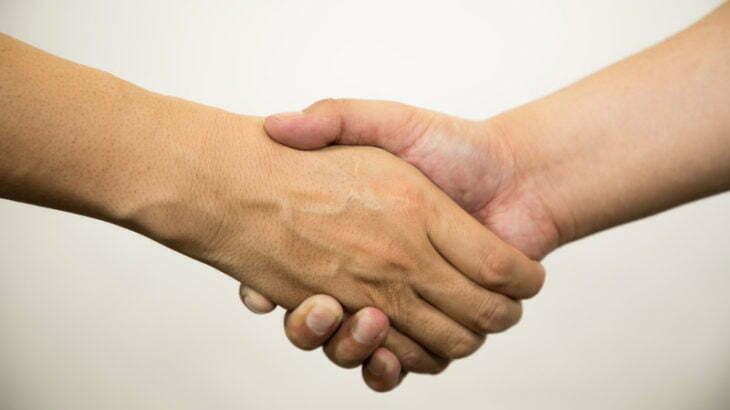 ビジネスで耳にするコミットとは何?コミットメントとは違うの?意味や使い方を例文を交えて。